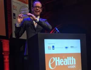 Innovationslandstingsrådet Daniel Forslund (L) mottar eHealth Leadership Award i Amsterdam.